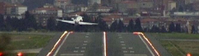 Wiatr rzuca lądującymi samolotami. Zobacz wstrząsające nagranie