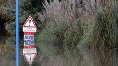 Wiele dróg zostało zalanych (PAP/EPA/SEBASTIEN NOGIER)