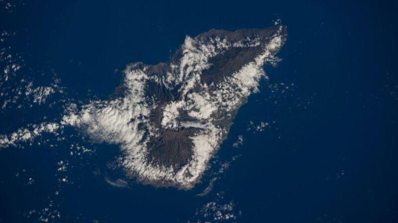 Chmury odzwierciedlają linie brzegową Wysp Kanaryjskich